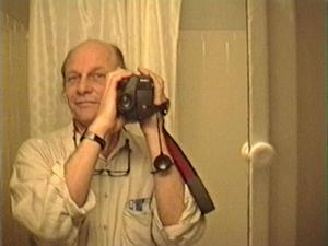 Robby Müller in front of a mirror